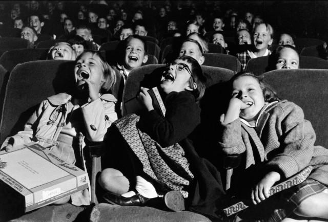 ninos riendose en el cine